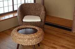 ラタン仕上げのソファとカフェテーブル。(102号室)(2014-09-03,専有部,ROOM,1F)