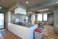 リビングの様子。キッチンが併設されています。(2021-02-16,共用部,LIVINGROOM,9F)