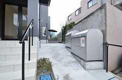 ゴミ置き場の奥が駐輪スペースです。(2014-10-08,共用部,OTHER,1F)