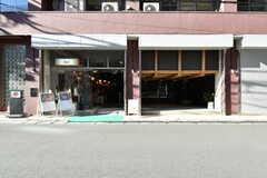隣のA棟はカフェやオフィスが入っています。(2018-02-27,共用部,OTHER,1F)