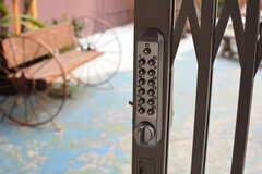 中庭の入口には鍵がかかっていることも。(2018-04-03,共用部,OTHER,1F)