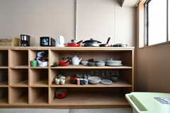 食器棚の様子。一部は入居者さんが持ってきたものだそう。(2018-04-03,共用部,KITCHEN,4F)