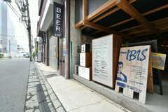 外には店舗の看板が並んでいます。(2020-07-30,共用部,OTHER,1F)