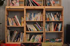 本棚はオーナーさんが設置したもの。カフェで自由に読むことができます。(2020-07-30,共用部,OTHER,1F)