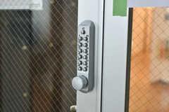 玄関の鍵はナンバー式です。(2018-03-09,周辺環境,ENTRANCE,3F)