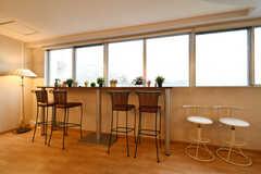 窓辺にはカウンターテーブルが設置されています。(2018-03-09,共用部,LIVINGROOM,3F)