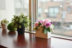 カウンターテーブルに設置された造花の様子。(2018-03-09,共用部,LIVINGROOM,3F)
