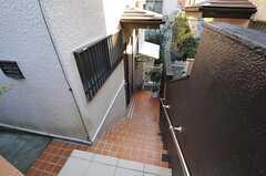 通りから階段を下ると正面玄関です。(2011-12-19,周辺環境,ENTRANCE,2F)