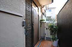 シェアハウスの正面玄関。(2011-12-19,周辺環境,ENTRANCE,2F)