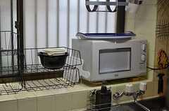 電子レンジの様子。ディッシュトレイは部屋ごとに用意されています。(2011-12-19,共用部,KITCHEN,1F)
