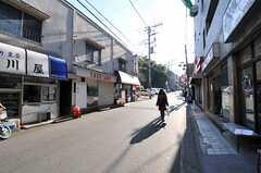 小田急線・読売ランド前駅からシェアハウスへ向かう道沿いの商店街。(2011-12-19,共用部,ENVIRONMENT,1F)