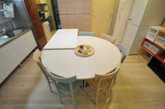 円形のテーブルはオリジナルデザイン。(2014-01-24,共用部,LIVINGROOM,1F)