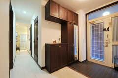 内部から見た玄関周りの様子。廊下の奥にリビングが見えます。(2011-11-01,周辺環境,ENTRANCE,5F)