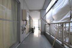ベランダはL字型で、どの専有部からも出られます。(505号室)(2011-11-01,専有部,ROOM,5F)
