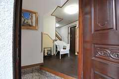 正面玄関から見た内部の様子。右手にリビング、左手に水まわりがあります。(2012-03-23,周辺環境,ENTRANCE,1F)