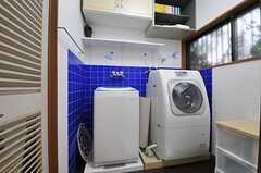 脱衣室に設置された洗濯機の様子。(2012-03-23,共用部,LAUNDRY,1F)
