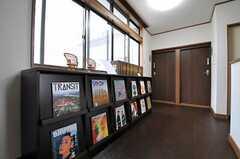 本棚を利用して、入居者さん同士で本を貸し合ったりできます。廊下奥にある左のドアが201号室、右のドアが202号室です。(2012-03-23,共用部,OTHER,2F)