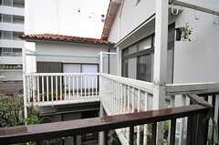 建物はコの字型。白い柵の部分は201号室専用ベランダです。(2012-03-23,共用部,OTHER,2F)