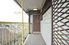 203〜205号室のユニットの玄関ドア。こちらは女性専用です。(2015-03-09,周辺環境,ENTRANCE,2F)