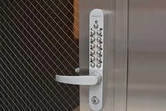 玄関の鍵はナンバー式。(2017-02-13,周辺環境,ENTRANCE,1F)