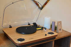 本棚の上にはレコードプレイヤーが。(2017-02-13,共用部,LIVINGROOM,1F)