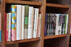 並んでいる本は事業者さんが持ち寄ったものだそう。(2017-02-13,共用部,LIVINGROOM,1F)