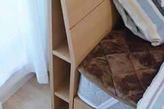 ベッドの枕元にはちょっとした物を置けるスペースがあります。(207号室)(2017-02-13,専有部,ROOM,2F)