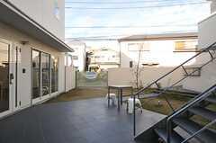 左手が共用ラウンジの建物です。(2013-12-17,共用部,OTHER,1F)