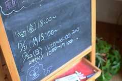ラウンジを利用する際には、この黒板に使用時間を記入します。(2013-12-17,共用部,LIVINGROOM,1F)