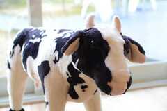 牛のぬいぐるみ。(2013-12-17,共用部,LIVINGROOM,1F)