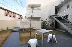 ラウンジから見た中庭の様子。(2013-12-17,共用部,OTHER,1F)