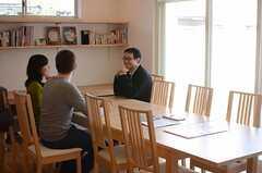 パートナーと一緒に内見をするのも、ファミリー向けシェアハウスならではの光景。(HOUSE TRIP -旅する住まいの見学会-)(2014-02-22,共用部,PARTY,1F)