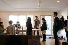 参加者も徐々に増え、にぎやかな雰囲気に。(HOUSE TRIP -旅する住まいの見学会-)(2014-02-22,共用部,PARTY,1F)