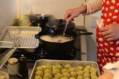 コモンルームのキッチンを使って、コロッケを揚げていきます。(HOUSE TRIP -旅する住まいの見学会-)(2014-02-22,共用部,PARTY,1F)