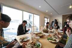 食事を楽しむ参加者のみなさん。(HOUSE TRIP -旅する住まいの見学会-)(2014-02-22,共用部,PARTY,1F)