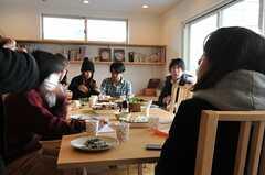 食事を楽しむ参加者のみなさん2。(HOUSE TRIP -旅する住まいの見学会-)(2014-02-22,共用部,PARTY,1F)