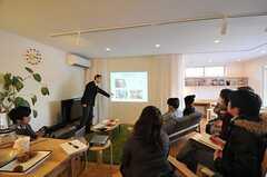 運営事業者のスタッフによる、プレゼンテーション。(HOUSE TRIP -旅する住まいの見学会-)(2014-02-22,共用部,PARTY,1F)