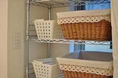 脱衣室には各部屋ごとに使用できるカゴが用意されています。(2012-01-26,共用部,BATH,1F)
