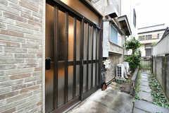 玄関ドアの様子。(2020-10-15,周辺環境,ENTRANCE,1F)