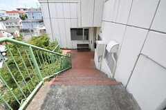 斜面に建っているため、下ったところに玄関があります。(2012-08-03,共用部,OTHER,3F)