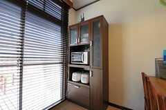 キッチン家電と食器棚の様子。(2012-08-03,共用部,KITCHEN,1F)