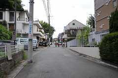 小田急小田原線・読売ランド前駅からシェアハウスへ向かう道の様子。(2012-08-03,共用部,ENVIRONMENT,1F)