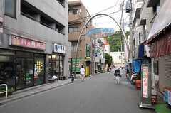 小田急小田原線・読売ランド前駅の商店街の様子。(2012-08-03,共用部,ENVIRONMENT,1F)