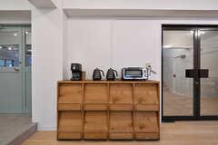 本棚の上に家電が並んでいます。(2017-03-30,共用部,LIVINGROOM,1F)