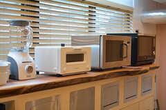 キッチン家電の様子。バルミューダトースターやスチームオーブンなども設置されています。(2017-03-30,共用部,KITCHEN,1F)
