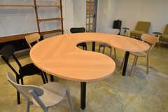 ユニークな形のテーブルです。(2017-03-30,共用部,OTHER,1F)