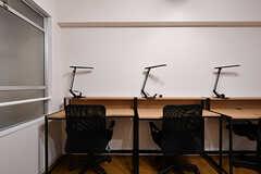 1席ずつデスクとライトが用意されています。(2017-03-30,共用部,OTHER,3F)
