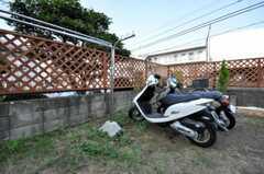 物干しと自転車置き場の様子。バイクも置けます。(2010-08-17,共用部,GARAGE,1F)