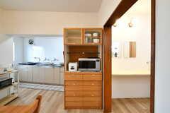 食器棚とキッチン家電の様子。(2019-04-02,共用部,KITCHEN,1F)