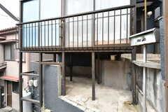 自転車置き場の様子。建物の前の階段を上がってくる必要があります。(2019-04-02,共用部,GARAGE,1F)